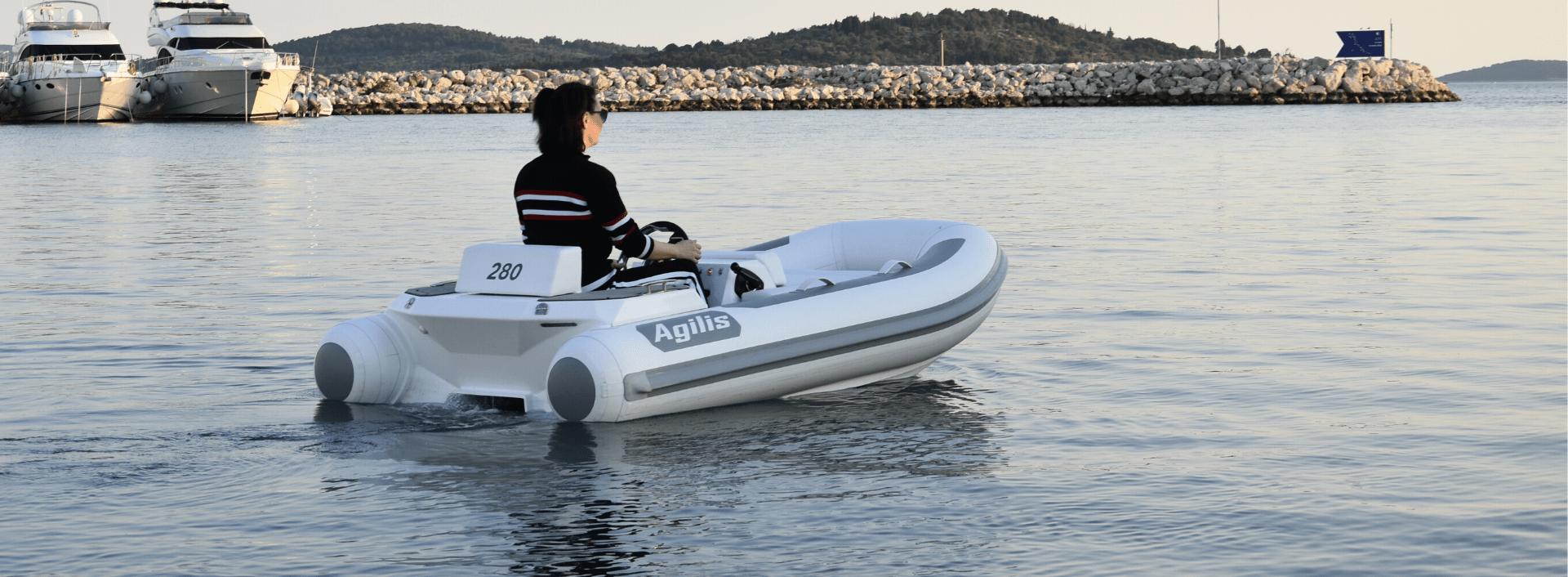 Agilis 280 in calm marine
